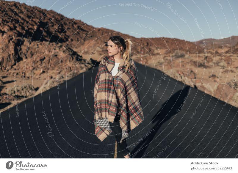 Reisende, die während der Fahrt in der Sonne eine Decke tragen Frau Straße Berge Teneriffa Autoreise träumen Reisender sich[Akk] sonnen jung Plaid attraktiv