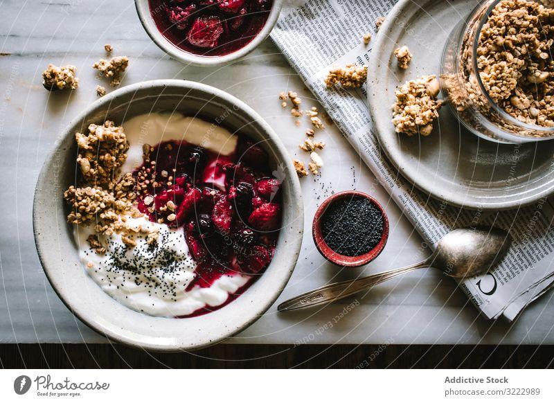 Leckere Frühstücksschüssel mit Quinoa, Reis und Grütze in der Nähe von Teetasse und Zeitung Schalen & Schüsseln Lebensmittel Morgen Beeren Chia Samen Diät