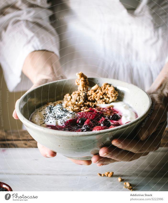 Gesichtslose Person mit Frühstücksschüssel mit Quinoa, Reis und Grütze Müsli Schalen & Schüsseln Lebensmittel Beeren Chia Samen Joghurt Gesundheit lecker