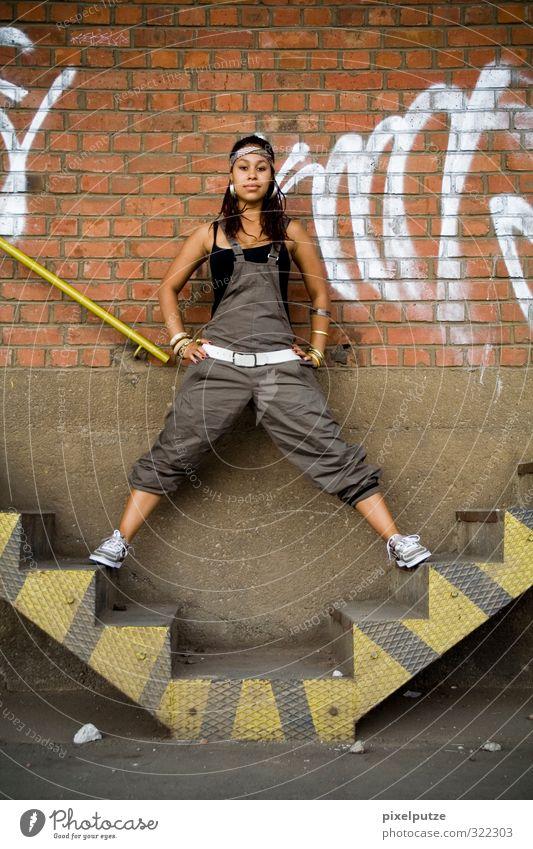 ashanti Mensch Jugendliche Stadt Junge Frau Erwachsene Wand feminin 18-30 Jahre Mauer Mode Körper Treppe Lifestyle stehen Fitness Fabrik