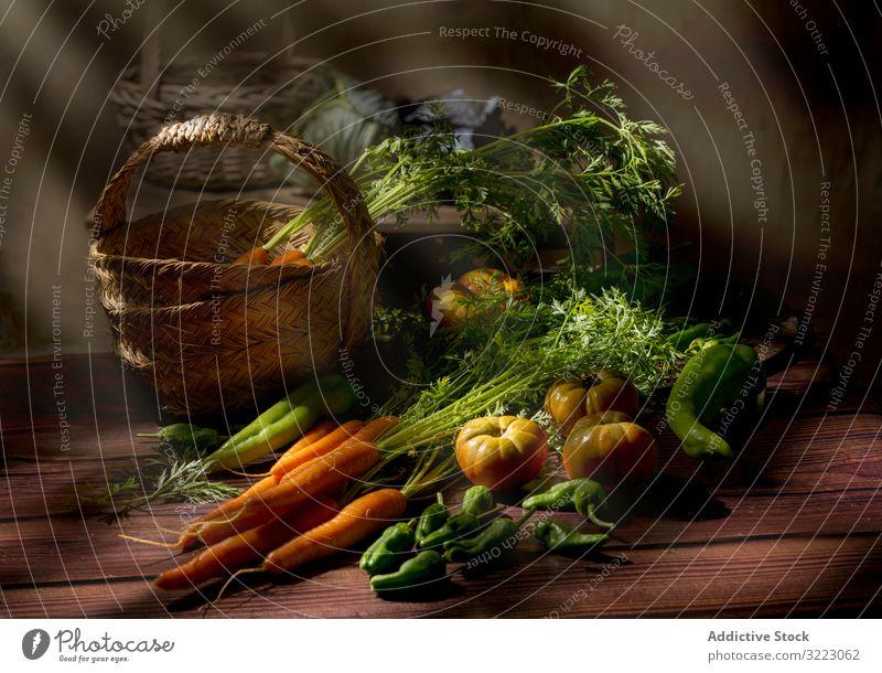 Gemüsestilleben im Sonnenlicht auf Holztisch Tomate Möhre grün Vorbau organisch Gesundheit frisch Lebensmittel Ernährung Vegetarier Ackerbau Veganer Bauernhof