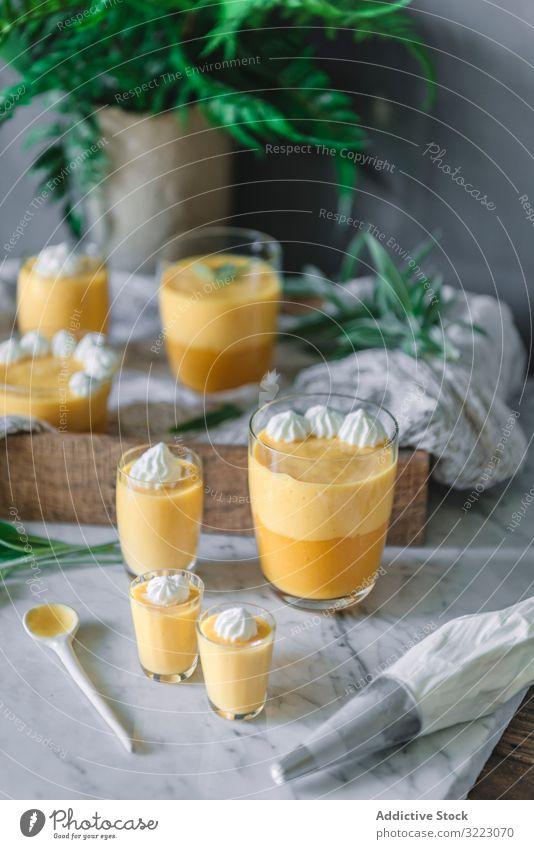 Mango-Traum in Glasschalen auf dem Tisch Sahne Mousse geschmackvoll Lebensmittel Gesundheit Dessert Mittagessen gelb Snack Speise Entzug Vegetarier