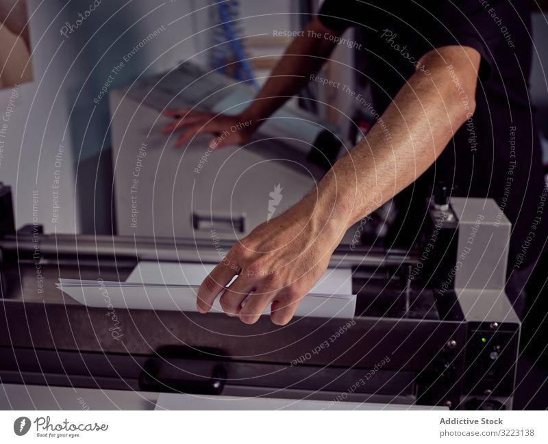 Unbekannter Arbeiter an der Druckmaschine in einer Druckerei Maschine drucken Büro Gerät Business professionell Industrie Inszenierung Mitarbeiter schrauben