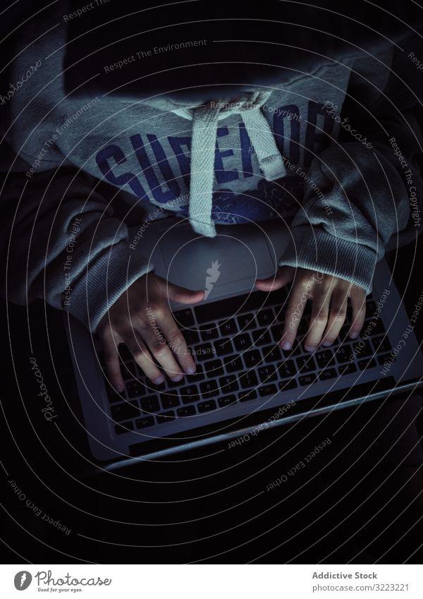 Anonymer Hacker tippt auf Laptop-Tastatur Code Junge Datenbank wenig benutzend Computer Programmierer Virus digital Keyboard Tippen Kennwort Software Kind Gerät