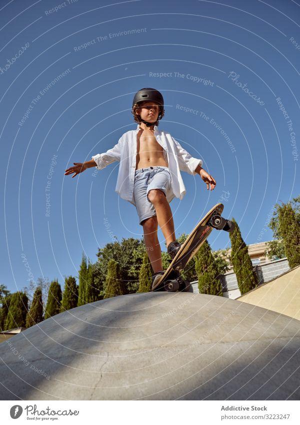 Kind auf Rampe bereit, Skateboard-Trick zu zeigen Skatepark Mitfahrgelegenheit Sport Freizeit Hobby Junge Hände auseinander jung schreien sorgenfrei Kindheit