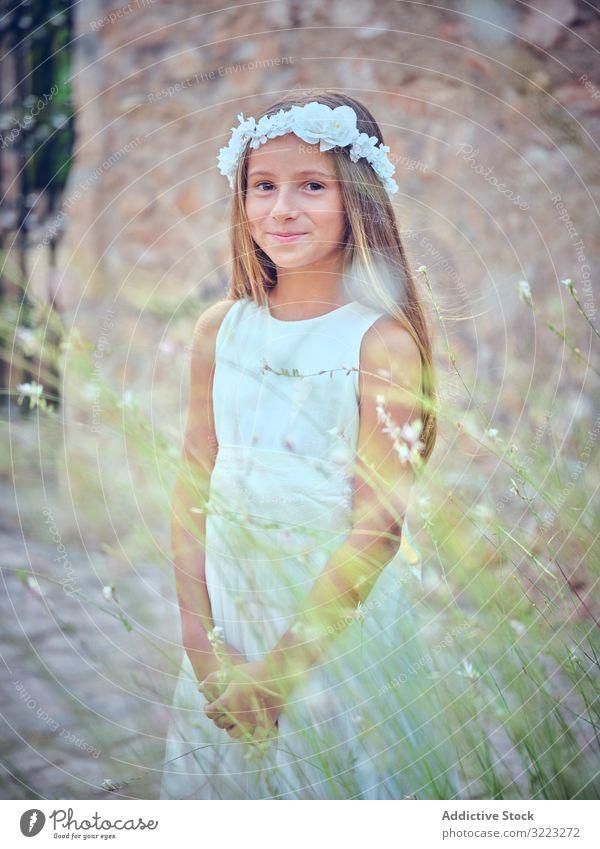 Kleines niedliches Mädchen in elegantem Kleid und Blumenstirnband Stirnband Kind Schönheit wenig bezaubernd Unschuld besinnlich Frau Reinheit Individualität
