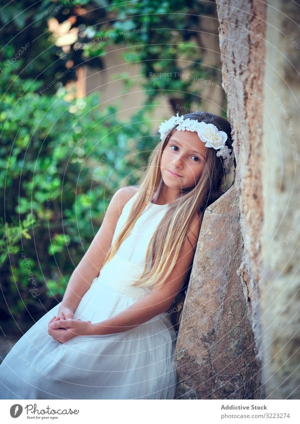 Kleines süßes Mädchen in weißem Kleid und Blumenstirnband Stirnband Kind schön wenig bezaubernd niedlich Unschuld besinnlich Frau Reinheit Individualität