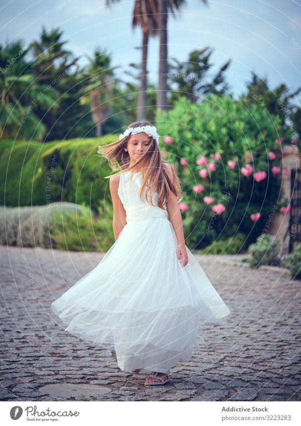Bezauberndes kleines Mädchen in luftigem Kleid tanzt im Park Tanzen Kind Spinning Freizeit Genuss Glück süß wenig bezaubernd Frau niedlich schön Unschuld