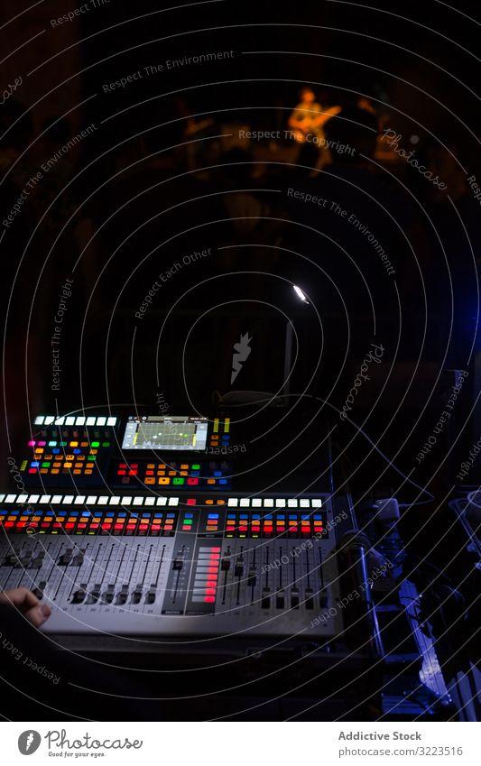 Tonmischer während eines Nachtkonzerts Schalter Knöpfe Schaltfläche Lautstärke mischen digital elektronisch Panel Equalizer Medien Holzplatte