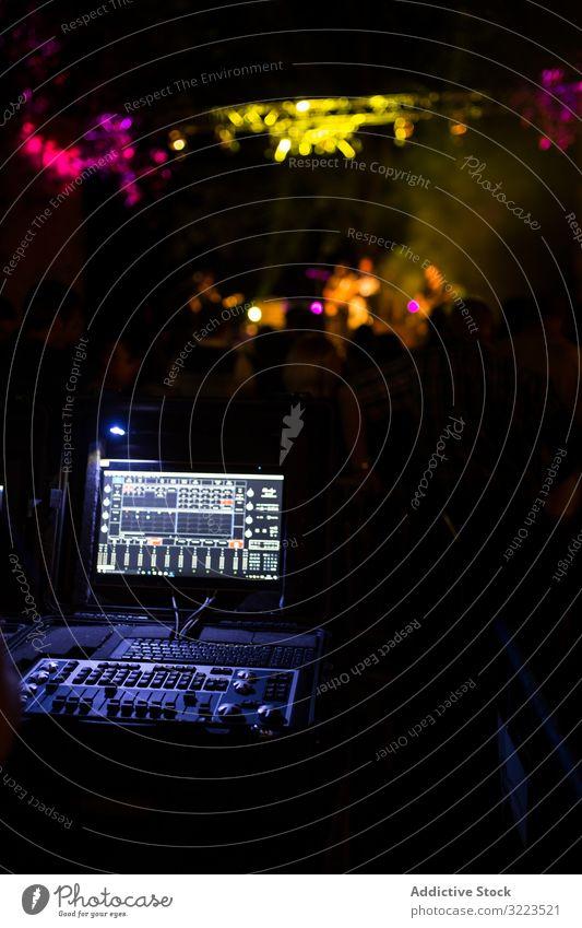Tonmischer während eines Nachtkonzerts Mann Schalter Knöpfe Schaltfläche Lautstärke mischen digital elektronisch Panel Equalizer Medien Holzplatte