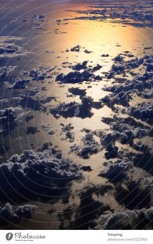 Fensterplatz schön Tourismus Sommer Sonne Meer Wellen Luftverkehr Landschaft Wasser Wolken Wetter außergewöhnlich fantastisch blau gold Reisen fliegen Flug