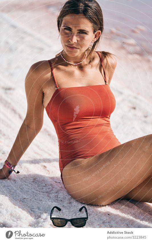 Gebräunte Frau in Badebekleidung entspannt am salzigen Seeufer Strand Sitzen Salz sich[Akk] entspannen Sommer Glück ruhen tropisch Mineral Bräune natürlich
