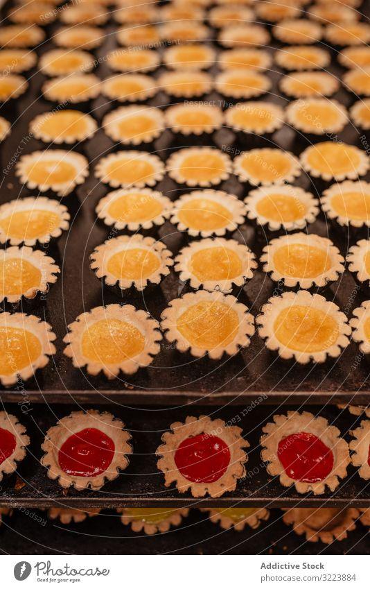 Leckeres Gebäck mit Fruchtgelee Götterspeise Bäckerei Tablett Fall klein Kulisse Lebensmittel frisch Dessert Leckerbissen Marmelade gefüllt geschmackvoll lecker