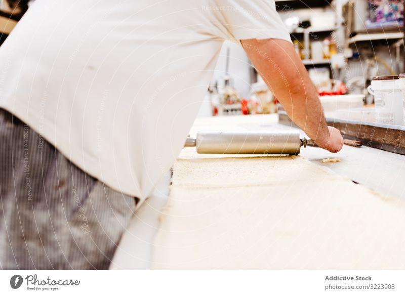 Pflanzenkochen Teig ausrollen Konditor Bäckerei Teigwaren Gebäck Tisch Küche Arbeit frisch Koch Kleinunternehmen professionell roh Übergewicht Mann Küchenchef