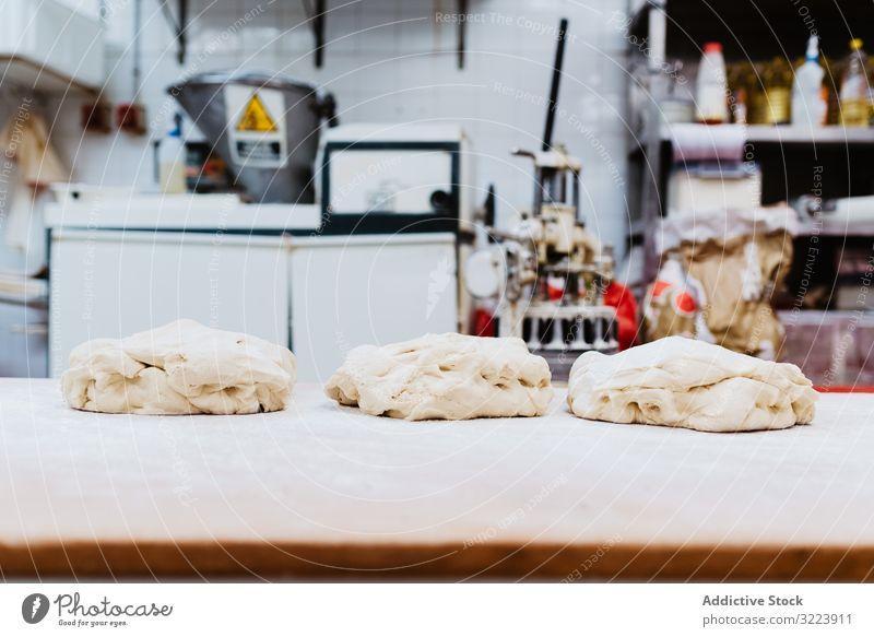 Weicher Teig auf dem Bäckertisch Teigwaren Tisch Küche Mehl Bäckerei frisch weich Haufen Feinschmecker Rezept Lebensmittel Koch Vorbereitung Kleinunternehmen