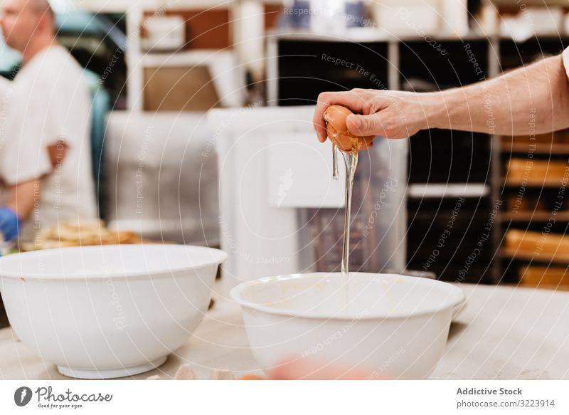 Getreidekochen Eier zu Mehl zerbrechen Konditor Bäckerei Gebäck Pause Teigwaren Schalen & Schüsseln frisch Mann Hähnchen Weizen Bestandteil Kleinunternehmen