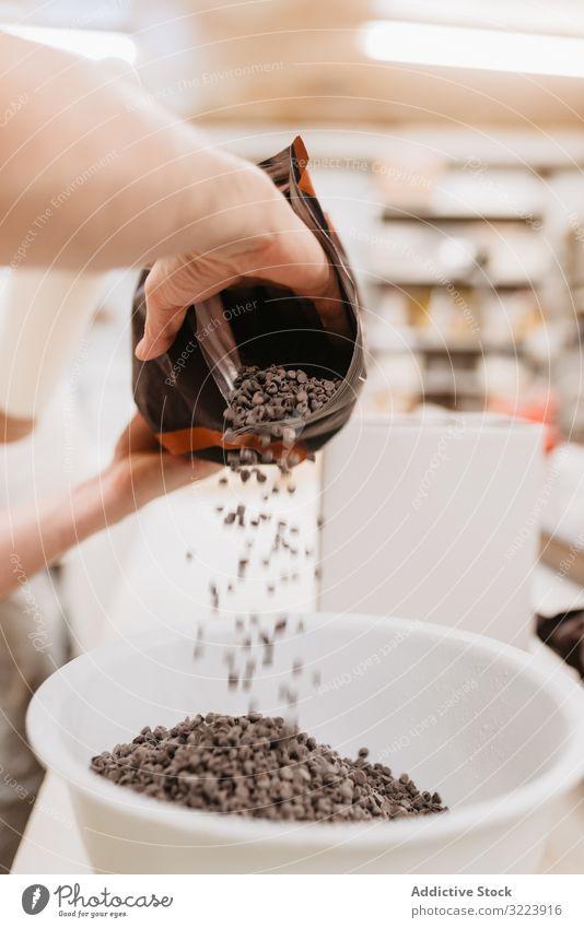 Zuckerbäcker verschüttet Schokolade in Schüssel Konditor Bäckerei Schalen & Schüsseln verschütten callet Industrie Gebäck süß professionell Dessert kulinarisch