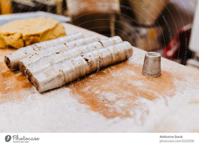 Tassen in Teignähe Teigwaren Messer Tisch Mehl Gebäck Küche Werkzeug Bäckerei Lebensmittel Koch Feinschmecker Gerät Patisserie Kulisse Vorbereitung Rezept
