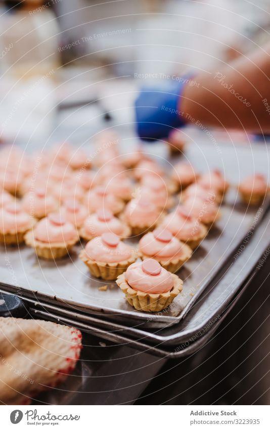 Schweineförmiges Gebäck auf Tablett Dessert Bäckerei Form Symbol klein rosa Kuchen Ohr Schnauze Lebensmittel süß frisch backen Kleinunternehmen Veranstaltung