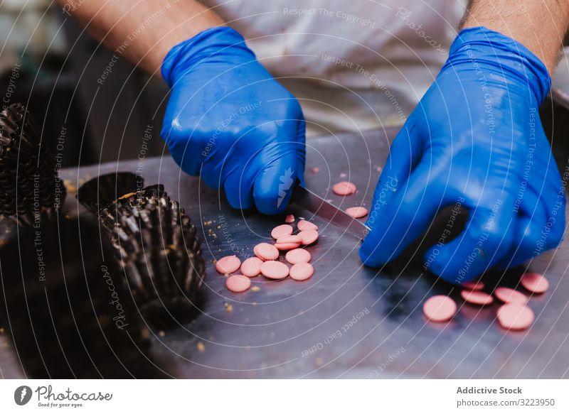 Anonymer Bäcker beim Dekorieren kleiner Kuchen Konditor Bäckerei Gebäck Arbeit Qualität Lebensmittel traditionell Mann Vorbereitung Inszenierung