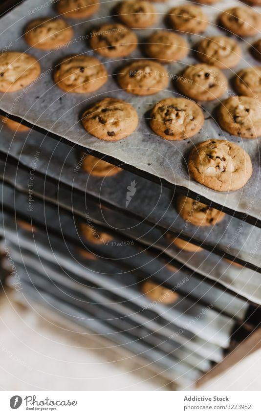 Gestell mit frisch gebackenen Keksen Bäckerei Tablett Ablage Kulisse Lebensmittel Küche Gebäck Papier Dessert viele Leckerbissen Kalorie süß Zucker Snack