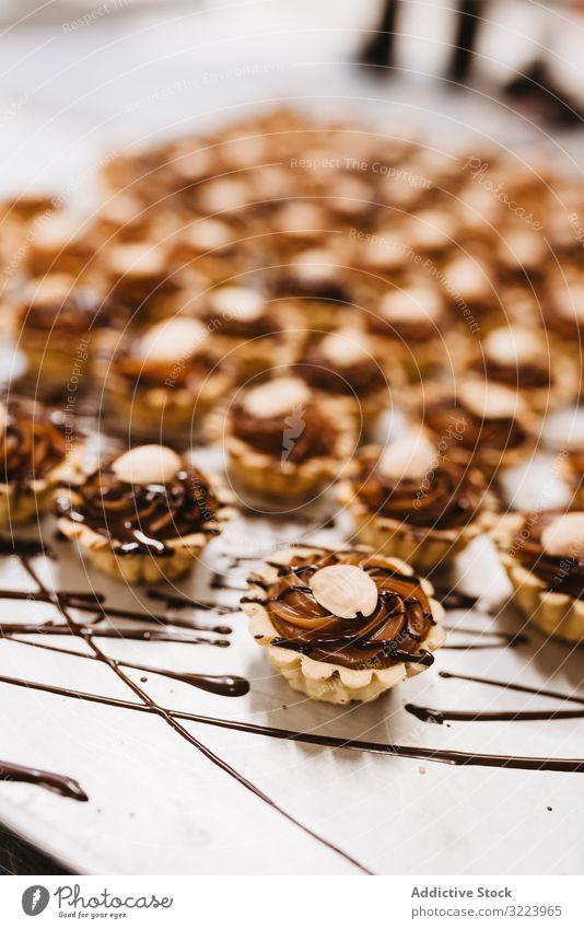 Köstliche Desserts mit Nüssen und Karamell Nut Schokolade Sahne Saucen Torte Lebensmittel süß Bestandteil Sirup Gebäck Mahlzeit Bäckerei Papier Pergament
