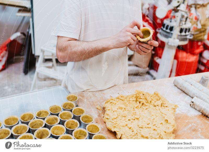 Getreidekoch, der Gebäck mit Nüssen dekoriert Konditor Bäckerei Nut Dekor Arbeit Kuchen Qualität Lebensmittel traditionell Mann Vorbereitung Inszenierung