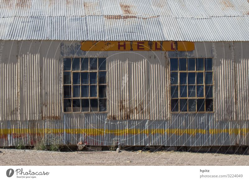 H E L L Hütte Industrieanlage Gebäude Fassade Metall Rost Schriftzeichen Hinweisschild Warnschild Linie alt gruselig kaputt retro trashig gelb grau weiß Krise