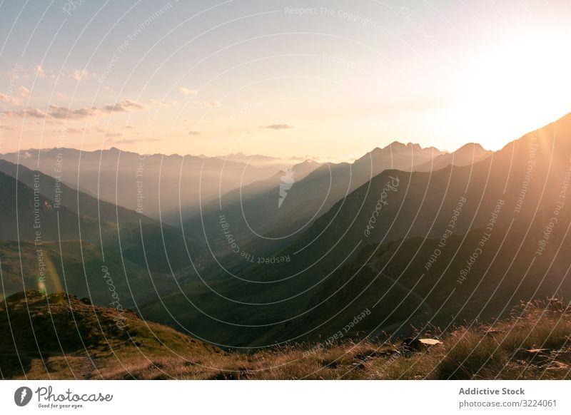Mysteriöser Berg hoch in Reihe im Sonnenlicht Berge u. Gebirge Nebel Natur reisen Landschaft Himmel ländlich Weg Ausflug malerisch Reise Wetter neblig Route