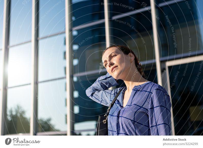 Geschäftsfrau auf der Straße Zebrastreifen positiv Großstadt elegant modern urban Frau Manager Unternehmer Karriere Tasche Hemd Hose Dame sonnig tagsüber
