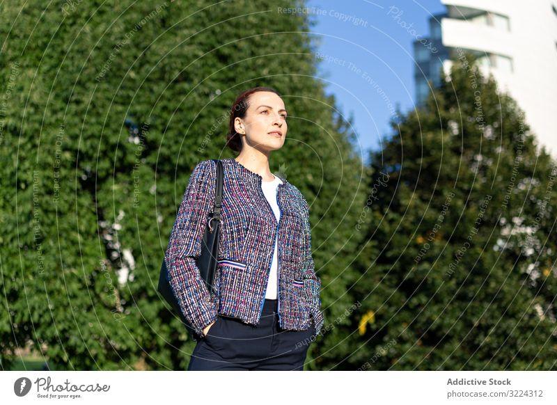 Geschäftsfrau auf der Straße positiv Großstadt elegant modern urban Frau Manager Unternehmer Karriere Tasche Hemd Hose Dame sonnig tagsüber entspannt Business