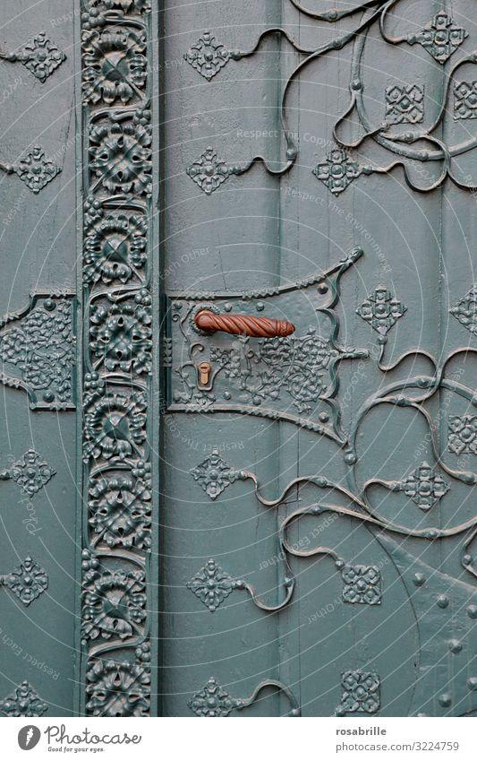 schöne alte verschnörkelte Kirchentür | alt Tür Eingang willkommen Holztür schließen abgeschlossen fernhalten Schutz privat persönlich Türklinke verziert Muster