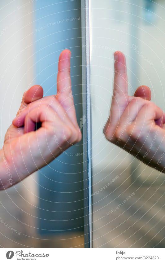 Stinkefinger Lifestyle Hand Finger Mittelfinger 1 Mensch Spiegel authentisch frech Wut Gefühle Stimmung uneinig Verachtung Ärger gereizt Feindseligkeit