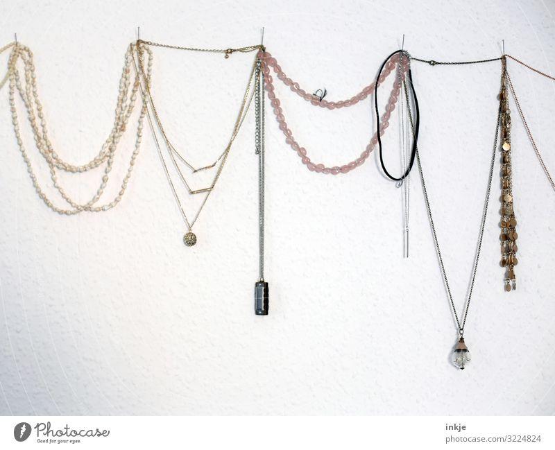 Ketten Stil Schmuck Kollier hängen authentisch viele altehrwürdig Second-Hand Laden Wanddekoration nebeneinander Reihe Verschiedenheit Girlande zart Farbfoto