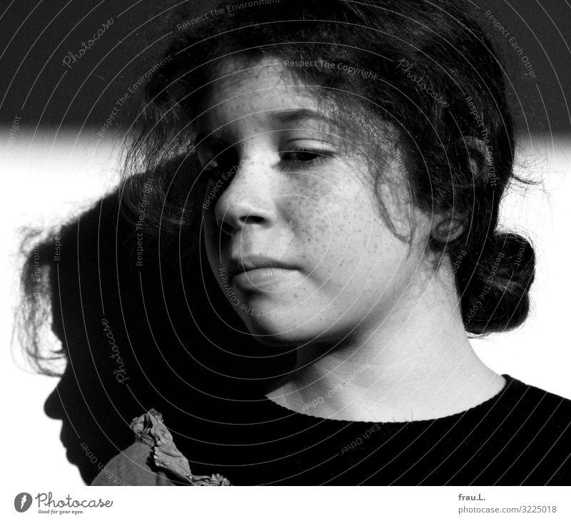 Mädchen Mensch feminin Kind Gesicht 1 8-13 Jahre Kindheit authentisch Freundlichkeit klein natürlich schön Sommersprossen Locken Sonnenlicht Anmut Schatten