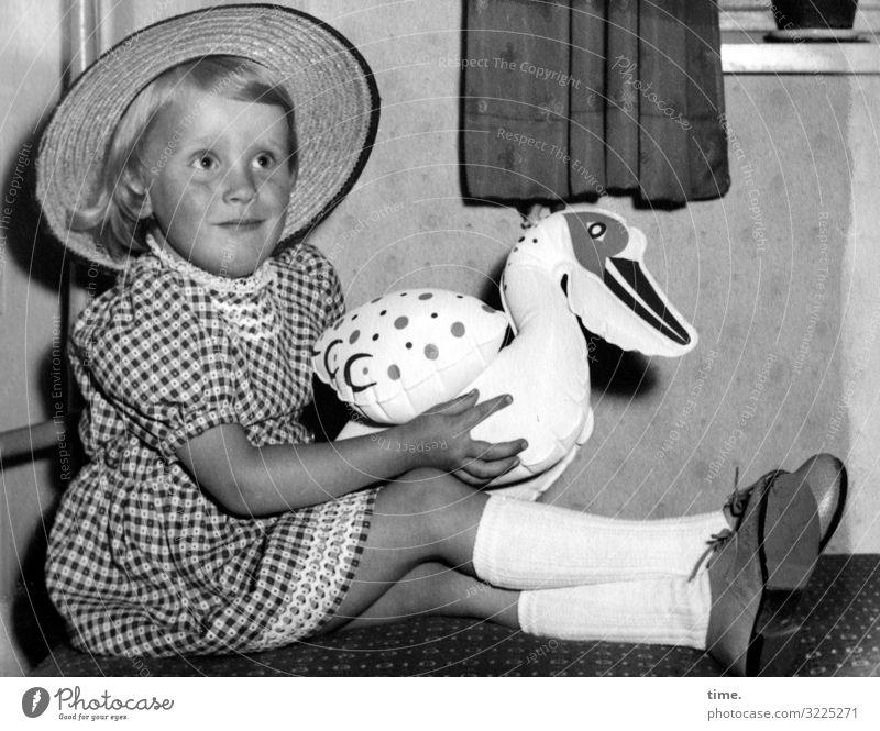 Mein lieber Schwan Häusliches Leben Wohnung Vorhang feminin Mädchen 1 Mensch Kleid Kniestrümpfe Schuhe Hut Spielzeug Kunststoff festhalten sitzen Glück