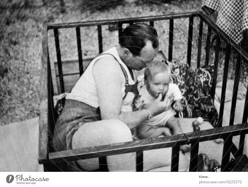 Löwenfütterung maskulin feminin Kleinkind Mann Erwachsene Vater 2 Mensch Garten Wiese T-Shirt Hose brünett blond kurzhaarig sitzen Tatkraft Sicherheit Schutz