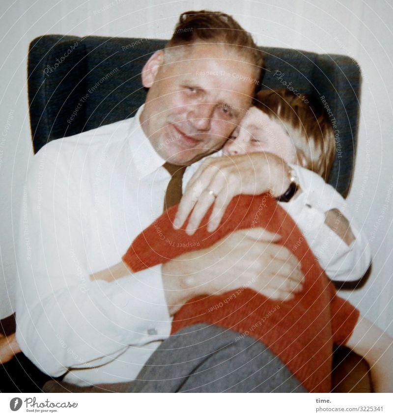 Seelenanker Häusliches Leben Wohnung Sessel maskulin feminin Mädchen Mann Erwachsene Vater Kindheit 2 Mensch Hemd Pullover Krawatte festhalten Umarmen