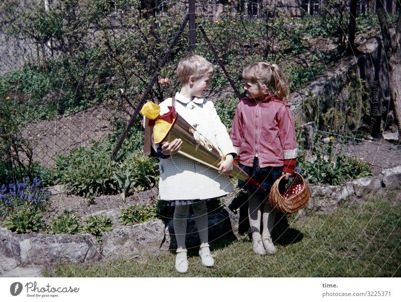 von jetzt bis immer Bildung Schule Schulkind Einschulung Schultüte feminin Mädchen 2 Mensch Schönes Wetter Garten Jacke Mantel brünett blond kurzhaarig
