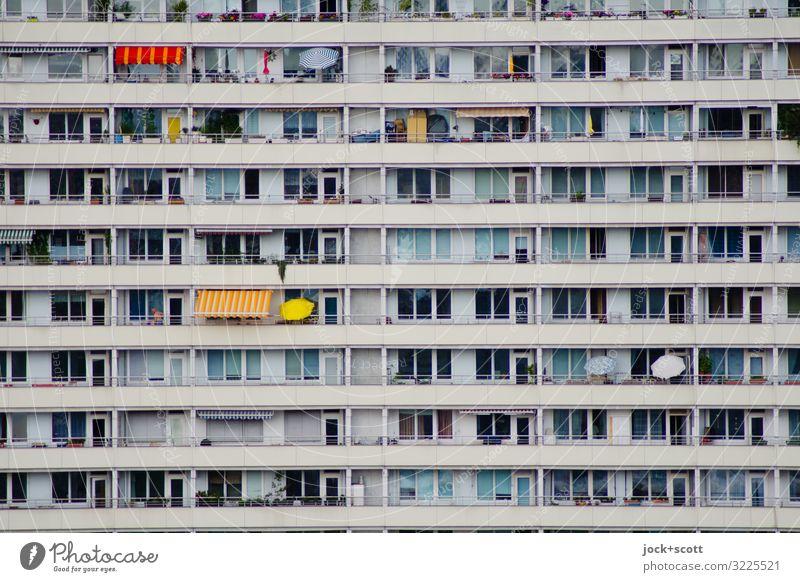 immer die gleiche Platte Berlin-Mitte Plattenbau Fassade Balkon Wetterschutz Beton Streifen authentisch eckig lang modern trist Stimmung Symmetrie