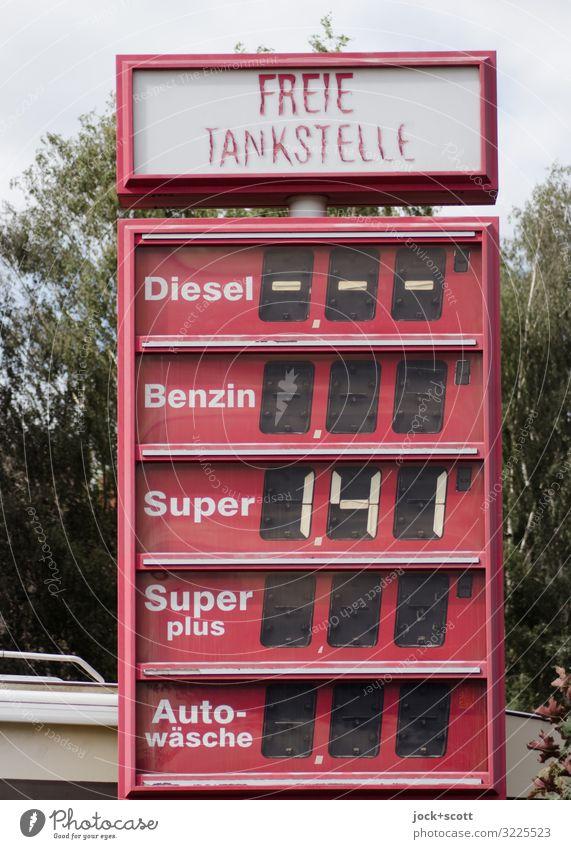 Freie Tankstelle Energiekrise Sommer Baum Kreuzberg Anzeige Benzin Kunststoff Netzwerk Preisliste Wort Typographie eckig hoch kaputt lang Originalität retro rot