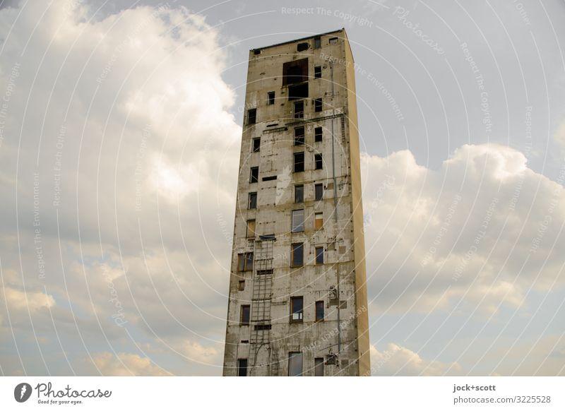 ein Turm wie kein zweiter lost places Himmel Wolken Schönes Wetter Lichtenberg Gebäude Demontage Fenster Beton eckig hässlich hoch kaputt lang trist Stimmung