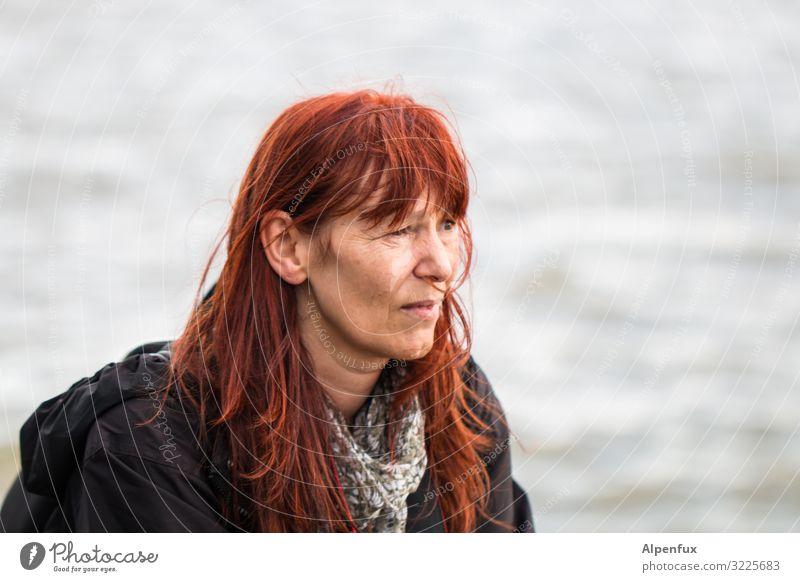Kritische Frau | UT HH19 Mensch feminin Erwachsene 45-60 Jahre beobachten entdecken Blick Wachsamkeit Interesse Erfahrung Genauigkeit Konzentration Neugier