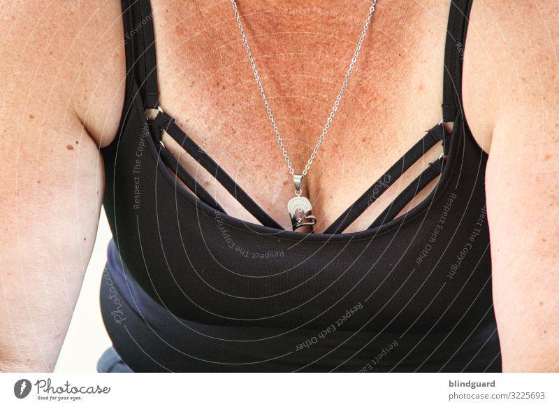 Ausschnitt mit Ausschnitt Mensch feminin Frau Erwachsene Haut Brust Frauenbrust Bauch 1 45-60 Jahre Bekleidung Stoff Accessoire Schmuck sprechen sitzen