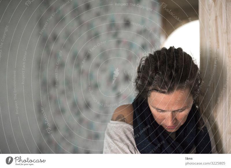 in sich gehen Mensch feminin Frau Erwachsene Leben Kopf 1 30-45 Jahre 45-60 Jahre Denken träumen Traurigkeit Gefühle Verschwiegenheit Langeweile Liebeskummer
