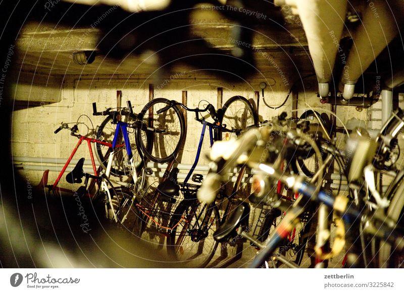 Fahrradkeller dunkel Textfreiraum Häusliches Leben Verkehr Fahrradfahren Tiefenschärfe Parkplatz parken Wohngebiet Keller aufbewahren Fahrradständer