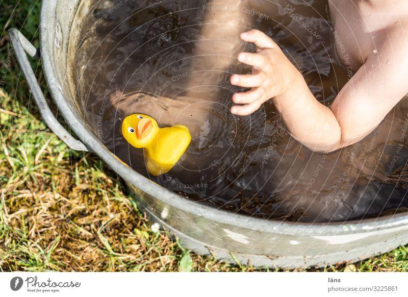 Badetag Kind Badewanne Badeente Ente greifen Außenaufnahme