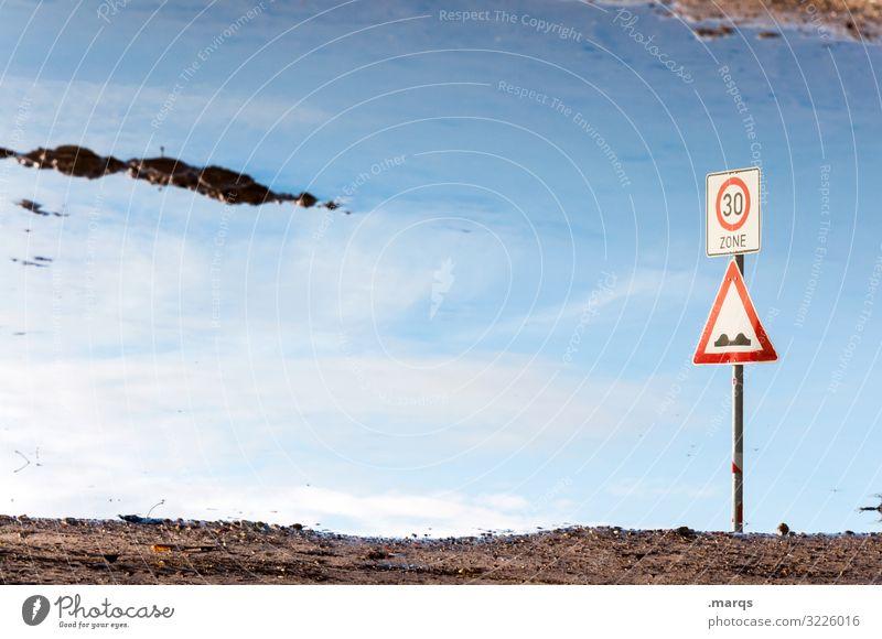 Zone 30 Wasser Pfütze Spiegelung Himmel Schilder & Markierungen Verkehrszeichen verkehrsberuhigte Zone Hügel Hinweisschild Verwirrung 30er Zone