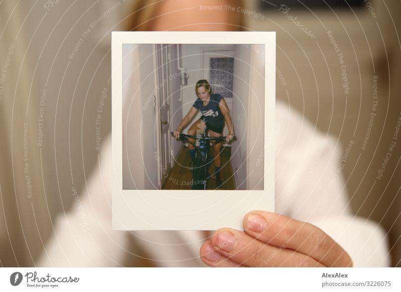 Frau hält Polaroidporträt von sich in die Kamera Jugendliche Junge Frau Stadt schön Freude 18-30 Jahre Erwachsene Leben Sport Stil außergewöhnlich Wohnung blond
