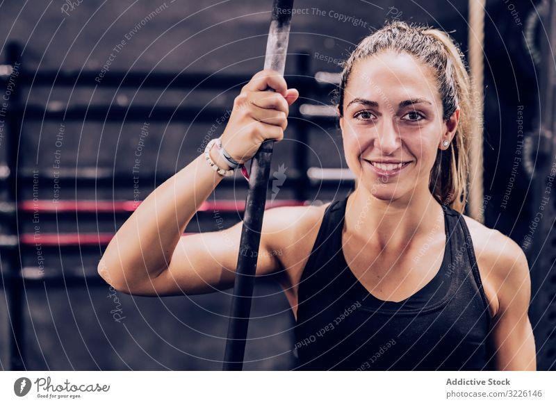 Gelassene Frau entspannt im Fitnessstudio ruhen Stange Fitnesscenter sich[Akk] entspannen schlanke Gelassenheit friedlich Lifestyle Training Sport Gesundheit